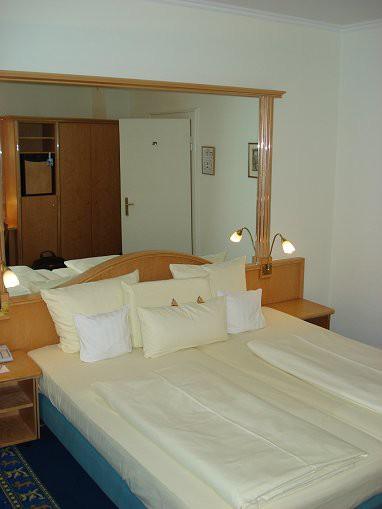 hotel drei l wen drei l wen. Black Bedroom Furniture Sets. Home Design Ideas